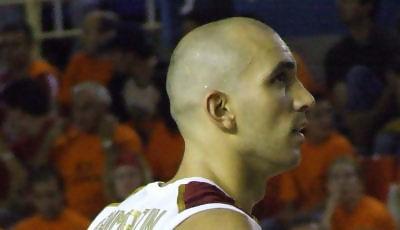 César Sanmartín echa un ojo al ajustado resultado (Foto: Fran Martínez)