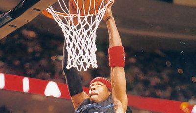 Allen Iverson machacando el aro (Foto: Miqui Forniés)