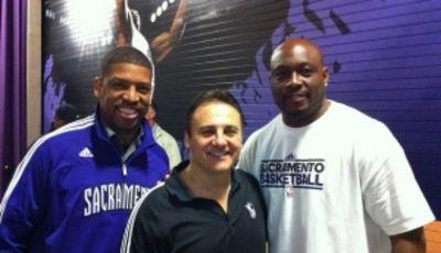 K.J. junto con uno de los propietarios y Mitch Richmond (Foto kevinjohnson.com).