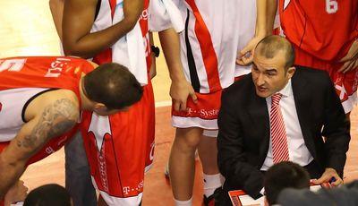 Jaume Ponsarnau da instrucciones a sus jugadores durante un tiempo muerto (Foto: Assignia Manresa)