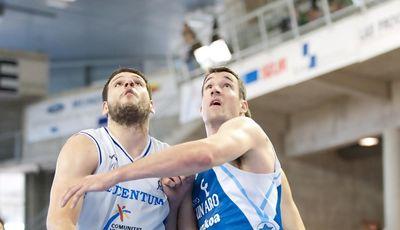Ivanov y Panko luchan por un rebote (ACB Photo/Óscar Gimeno)