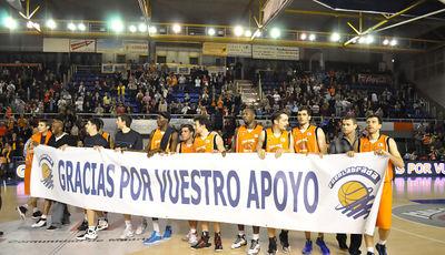 La plantilla al completo del Fuenlabrada agradece el apoyo de la afición (ACB Photo/F.Martínez)