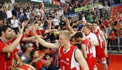 Los jugadores del Assignia Manresa dando las gracias a los aficionados (ACBPHOTO/J.ALBERCH)