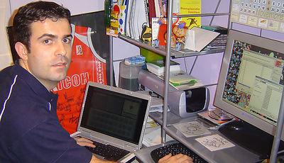Gaspar Roura, rodeado de ordenadores, trabajando en su despacho