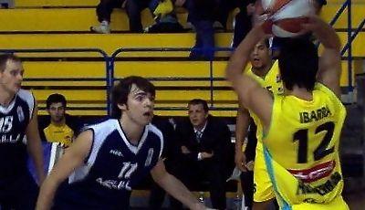 José María Guzmán muy atento en defensa sobre Matías Ibarra que busca a un compañero para pasar el balón (Foto: Melilla Baloncesto)