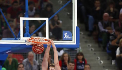 Tibor Pleiss hunde el balón ante Jawai (Foto: ACB Photo / Josu Izarra)