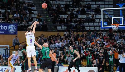 Uros Tripkovic tirando de tres.<br> Foto: Charly Mula