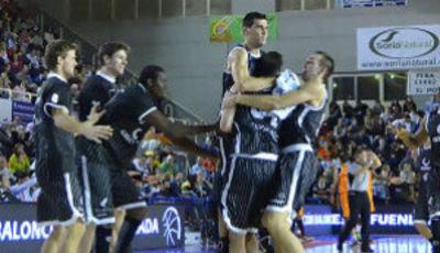 El equipo felicita a Vasileiadis tras un triple decisivo (ACB Photo/F.Martínez)