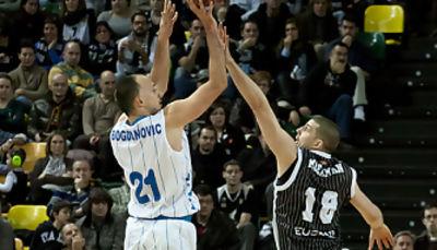 Bogdanovic lanza con Moerman punteándole (Foto: Luis Fernando Boo).