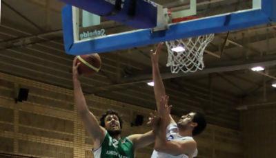 Víctor Hidalgo anota pese a la oposición de Oscar Raya (foto basquetmaniàtic)
