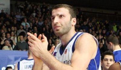 Manuchar Markoishvili se despide de su público (Foto: pallacanestrocantu.com).<br>