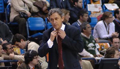 Pesic se afloja el nudo de la corbata <u>Foto: José María Benito</u>