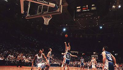 Famoso tiro de Christian Laettner en la prórroga que dio la victoria a Duke sobre Kentucky 103-102,  el 28 de Marzo de 1992 (Foto: Cortesía Duke)
