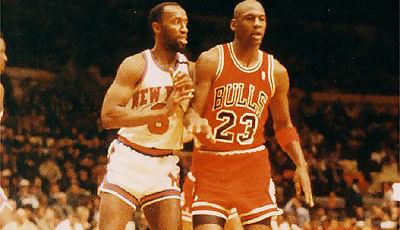 Michael Jordan defendido de cerca por Trent Tucker (Foto: Miqui Forniés)