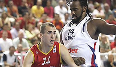 Sergio Rodríguez gana por velocidad a otro NBA: Ronny Turiaf (Foto: FIBA Europe)
