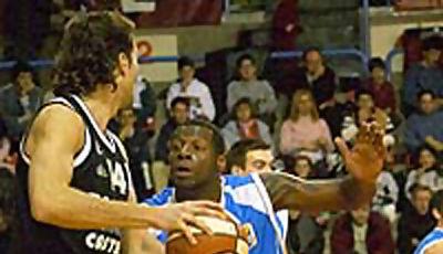 José Amador intenta postear frente a la defensa y atenta mirada de Steven Horton (foto: César Martín)