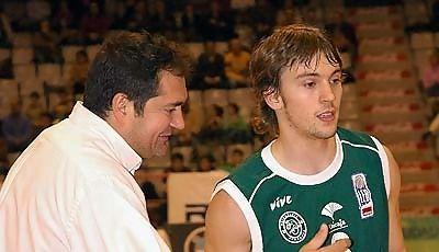 Rai López recibiendo la enhorabuena de su entrenador (Foto: www.chemagonzalez.es)