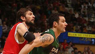 Milan Gurovic coge la posición ante Nikola Loncar (foto: penya.com)