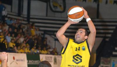 Sebas Arrocha se queda suspendido en el aire mientras lanza ante la oposición de Jiménez