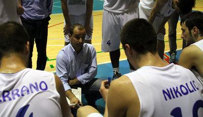 Zoran Nikolic en un tiempo muerto el día del debut (foto basquetmaniàtic)