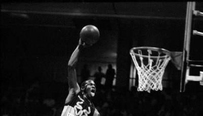 Michael Jordan, a punto de romper el tablero.