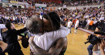 Minucci y Moss, abrazados